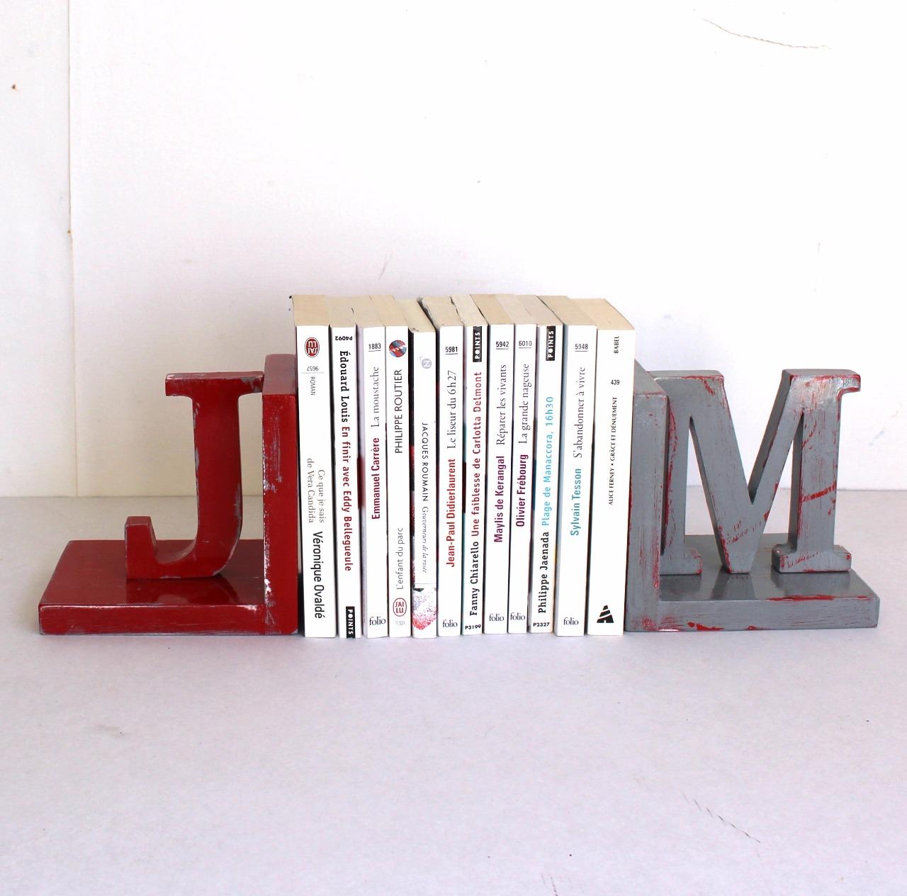 lot de 2 serre livres en bois personnalis s rouge et gris. Black Bedroom Furniture Sets. Home Design Ideas
