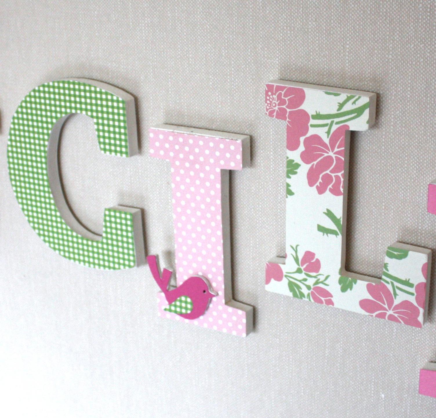 pr nom en bois personnalis lucile rose vert avec des fleurs pour d coration de chambre bapt me. Black Bedroom Furniture Sets. Home Design Ideas