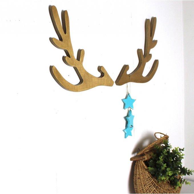troph e t te de cerf style scandinave teint ch ne clair avec ses 3 toiles bleues. Black Bedroom Furniture Sets. Home Design Ideas